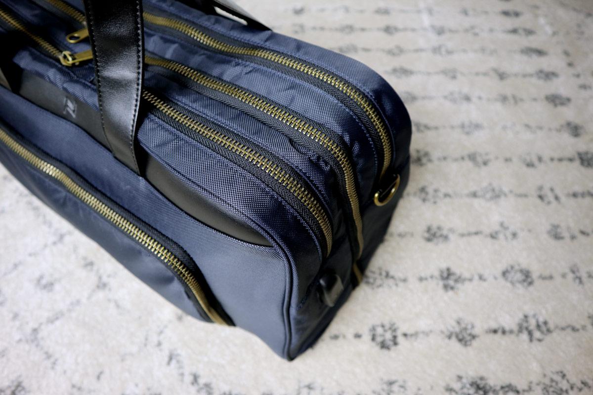 closeup of zippers - best travel bag for men - nomad lane bento bag